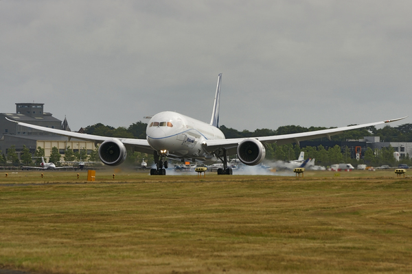 Atterrissage du Boeing 787-8 à Farnborough