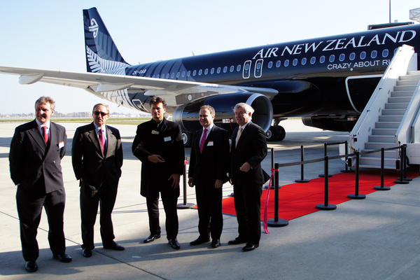 "Livraison de l'A320 d'Air New Zealand ""Crazy About Rugby"" - Steven Udvar-Hazy, Rob McDonald et John Leahy devant l'avion"