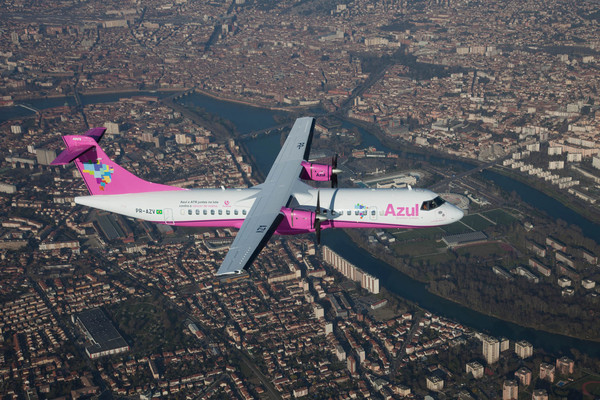 ATR 72-200 rose d'Azul contre le cancer du sein en vol