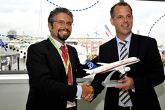 Signature d'une intention d'achat entre Malév et Superjet International au salon du Bourget