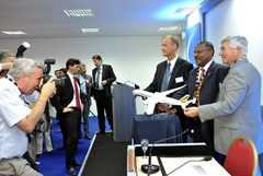 Tom Enders, CEO d'Airbus, Girma Wake, CEO d'Ethiopian Airlines et John Leahy, chef des opérations d'Airbus