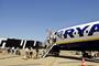 un Boeing 737 de Ryanair devant la nouvelle aérogare billi à Bordeaux